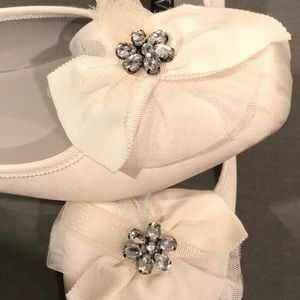NEW WITHOUT TAG VERA WANG IVORY COLOR FLATS 6 1/2
